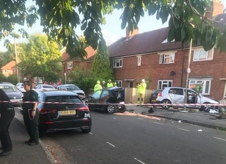 Car crashes into Valentia Road, Oxford, garden