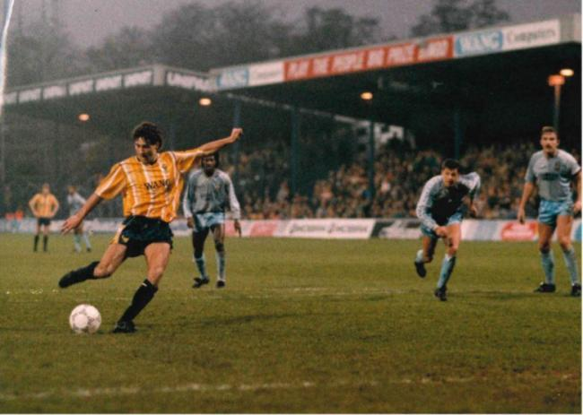 Dean Saunders scores the winning penalty against Coventry City