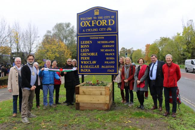 Oxford city councillors, including Lord Mayor Craig Simmons, unveiling a new boundary sign on Abingdon Road on Monday.