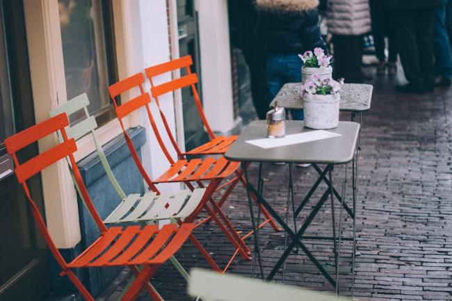 West Oxfordshire District Council is to waive fees for businesses applying to put tables and chairs outside. Picture: Pixabay