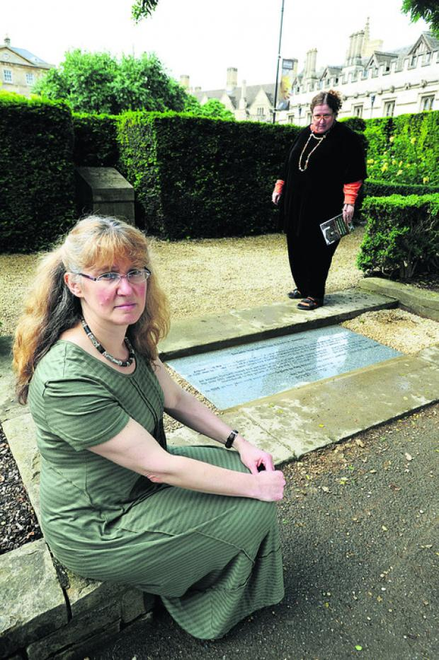 Oxford Mail: Dr Evie Kemp, left, and Pam Manix with the plaque