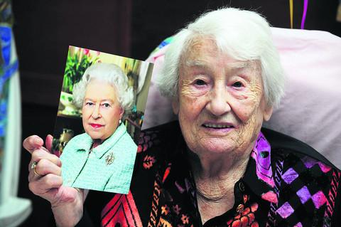 Florrie Pratt with her card from the Queen