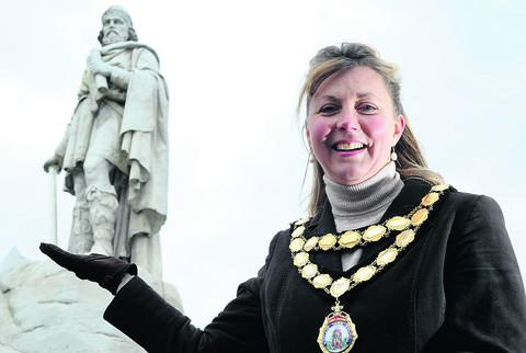Wantage mayor Charlotte Dickson with the Wantage statue