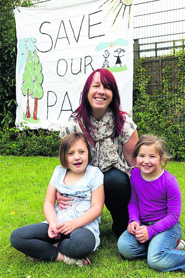 Lesley Senter with daughter Evangeline, six, and friend Lillie Gamage, six. Picture: OX59280 Ric Mellis