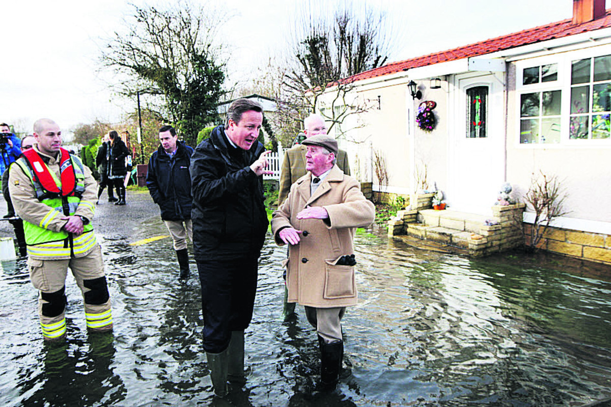David Cameron has a look at the floods in Bablockhythe with resident Adrian Smith.  Picture: OX64555 Ed Nix