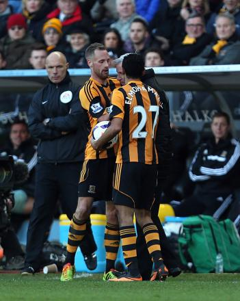 Newcastle boss Alan Pardew clashes with Hull's David Meyler