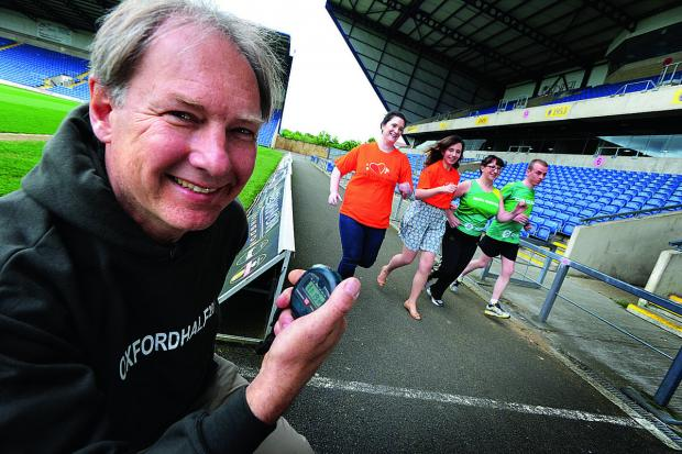 Oxford Mail: Race director Andrew Taylor with, from left, Poppy Hanbury and Kate Sankey of Helen & Douglas House, and Erika Dallimore and Damon Boughen of Oxfam.  Picture: OX67204 Jon Lewis