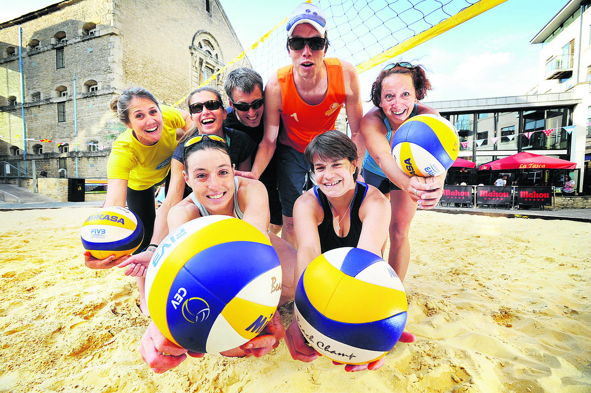 Oxford Volleyball Club players mock up a court on Oxford Beach in the Castle Quarter. Back, left to right, Beth Bosiak, Ania Scigala-Ali, Gareth Whitehead, Martijn Stroo and Annika Voss. Front, Kerstin Seyfert and Maïté Braud  Picture: OX68198 Jon Lewis