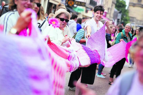 Lush store manager, James Atherton holds on to a section of scarf as it is unwound along Cornmarket Street. Picture: OX68589 Damian Halliwell