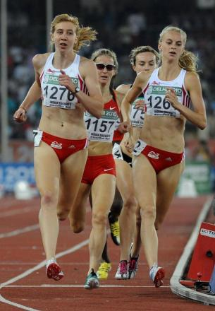 Hannah England (right) races against teammate Emma Jackson in the 800m final at Delhi 2010. England finished fifth, but is just running her preferred 1,500m distance this time