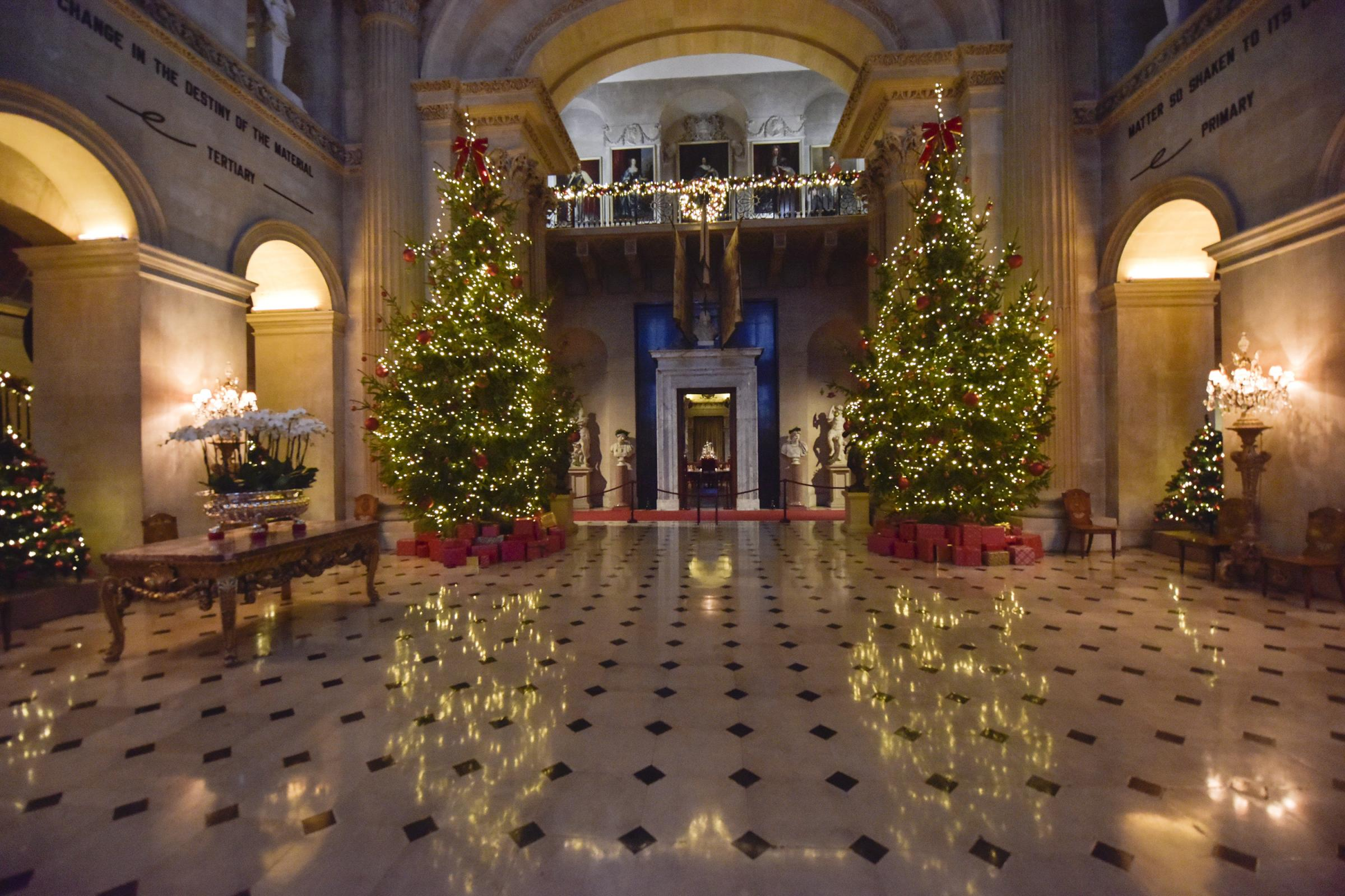 125917f09022 Blenheim Palace halls are decked with boughs of holly for Yuletide ...