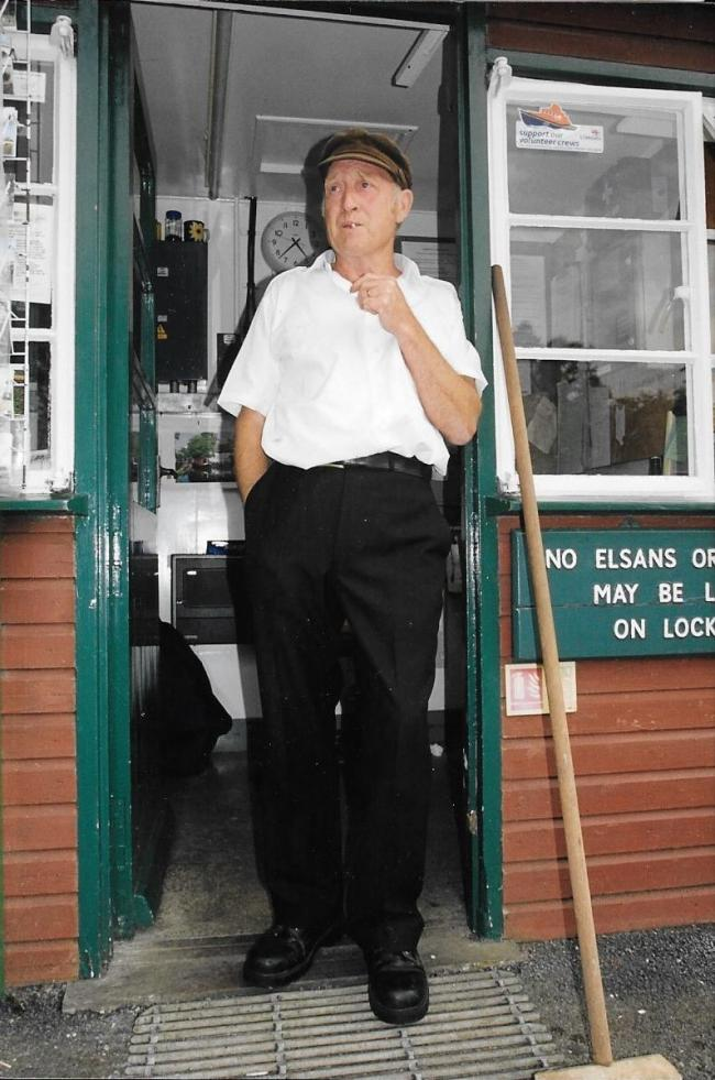 "Dedicated: William ""Bill"" McCreadie on his last day on duty at Eynsham Lock in 2004"