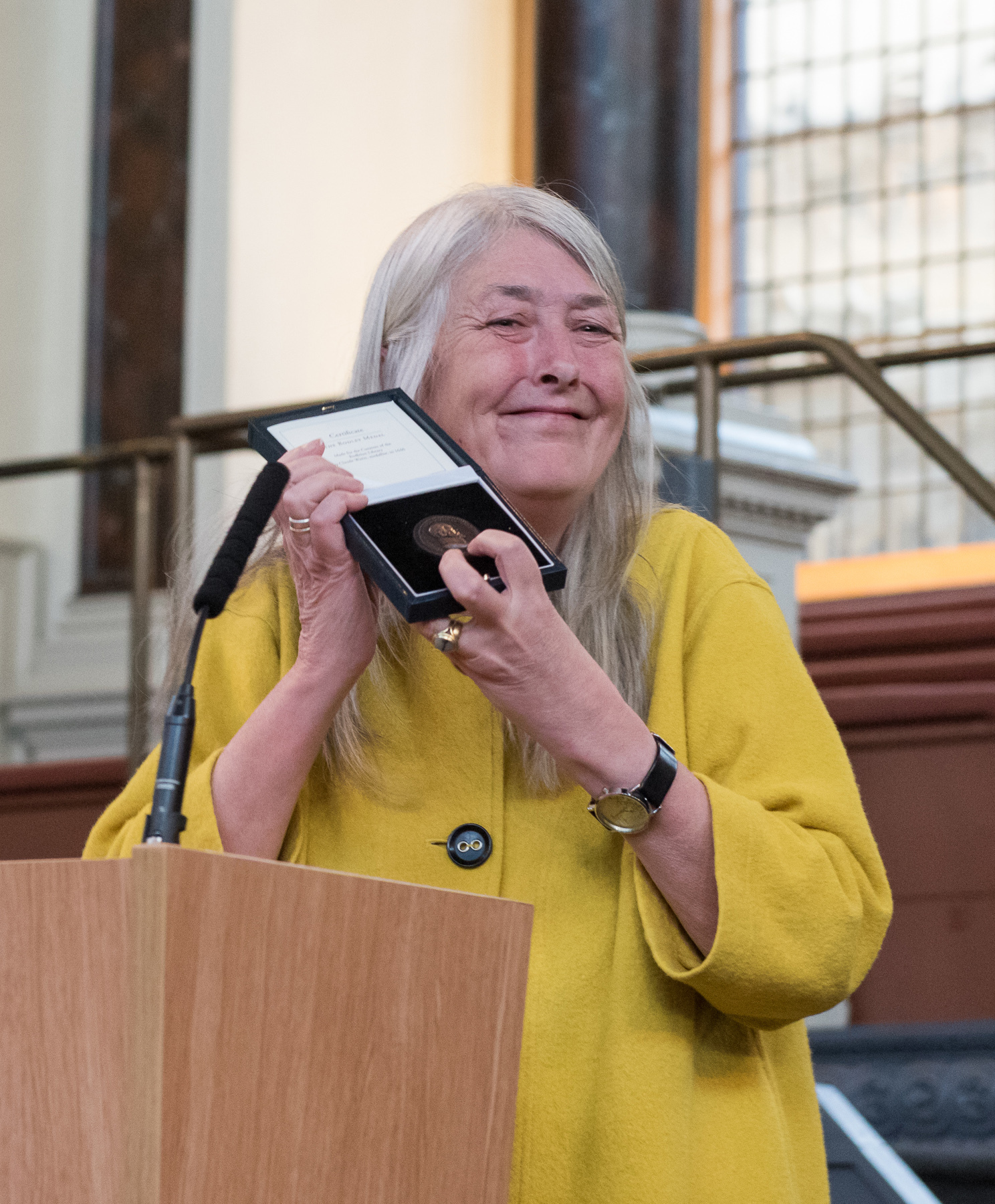 Prof. Mary Beard receiving the Bodley Medal.