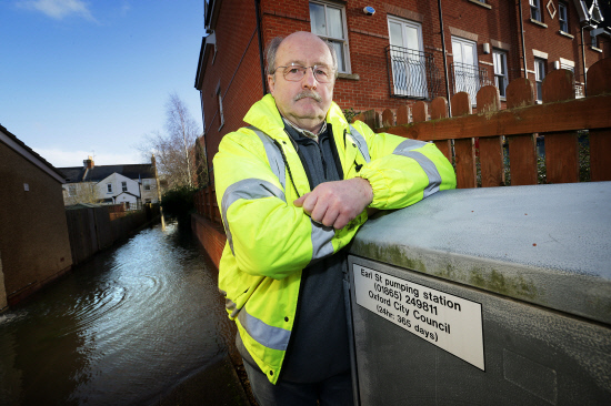 06-01-2014.Flooding at Oxford..Earl Street resident, Nick Hills concerned at the failure of pump at the end of the road...Copy: news.Catchline: .Length: live.OX?????  Damian Halliwell..