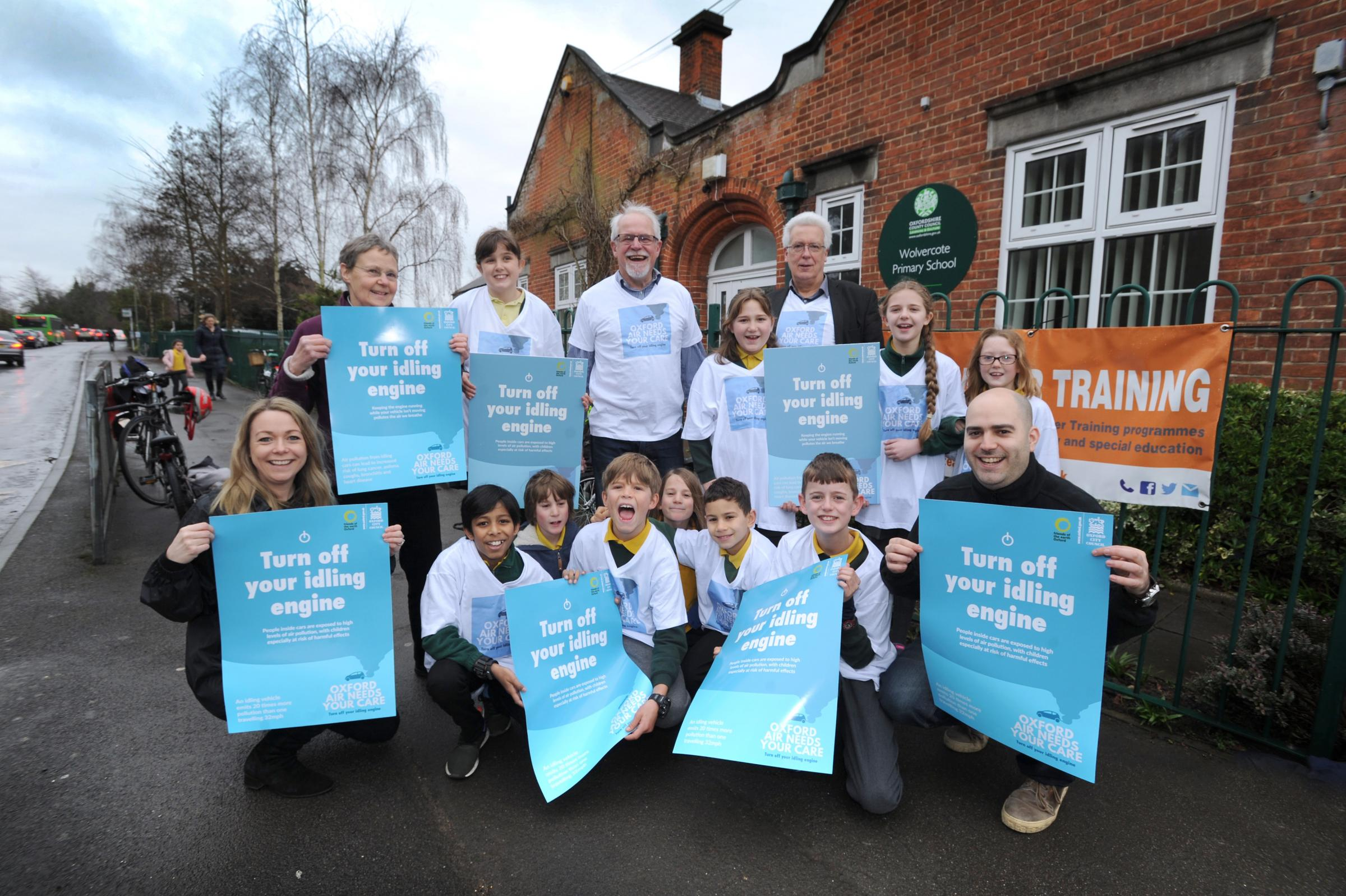 Oxford City Council and Oxford Friends of the Earth got together with the young members of Wolvercote Primary School's Eco Club to launch their Anti-Idling Campaign, encouraging school run parents to turn their engines off while they drop off and pick