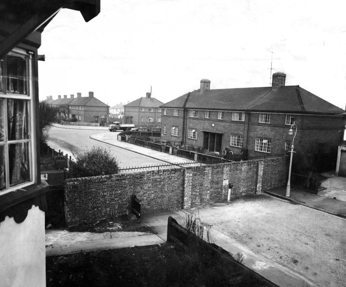 CUTTESLOWE WALLS: How for 25 years two housing estates were divided by class