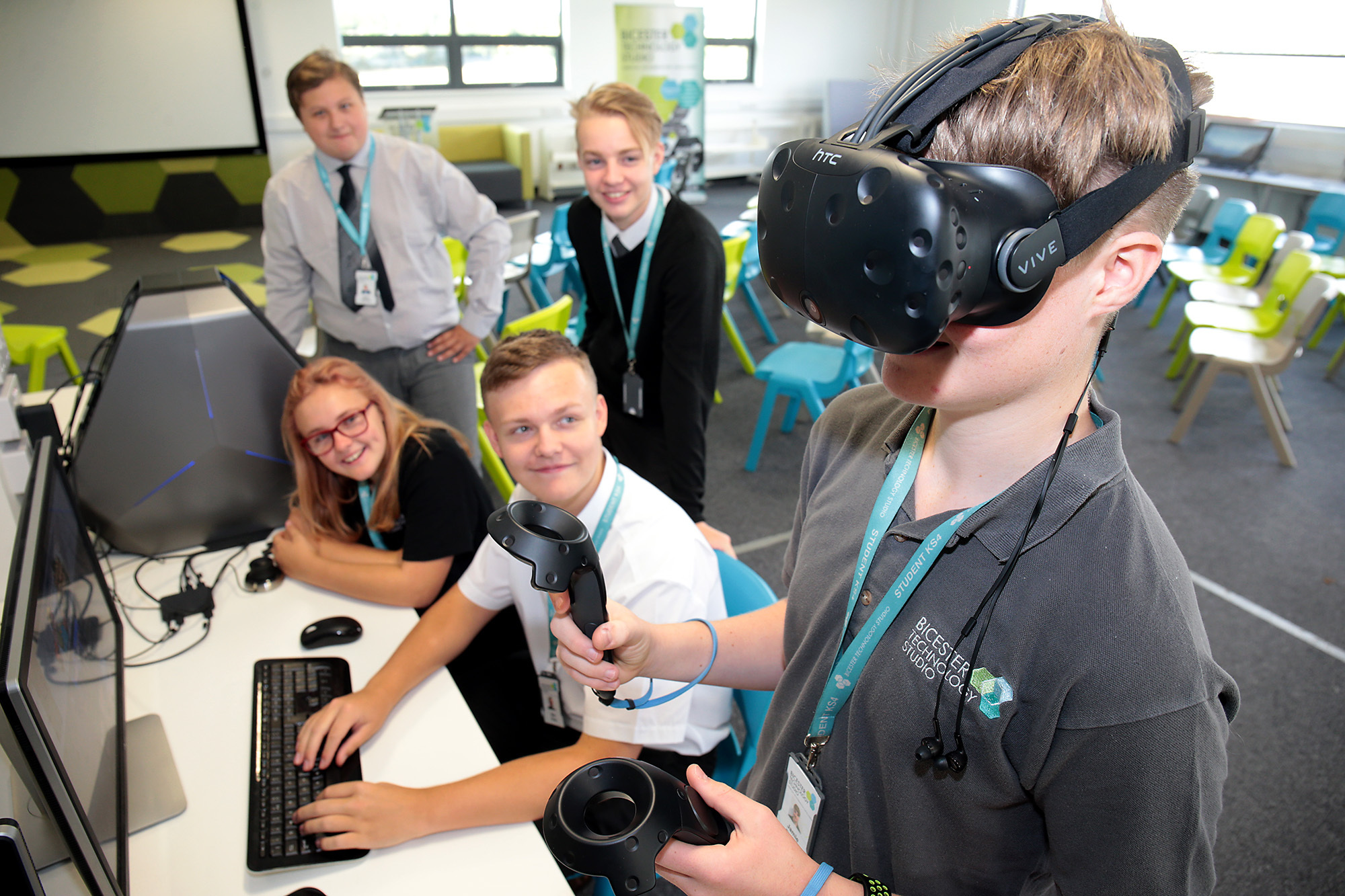 Students Sean Bewley, Annie Clarke, Ben Gray and Stuart Dann setting up a Virtual Reality experience for Jamie Durow at the start of an open day at Bicester Technology Studio .Picture: Ric Mellis.9/9/2018.