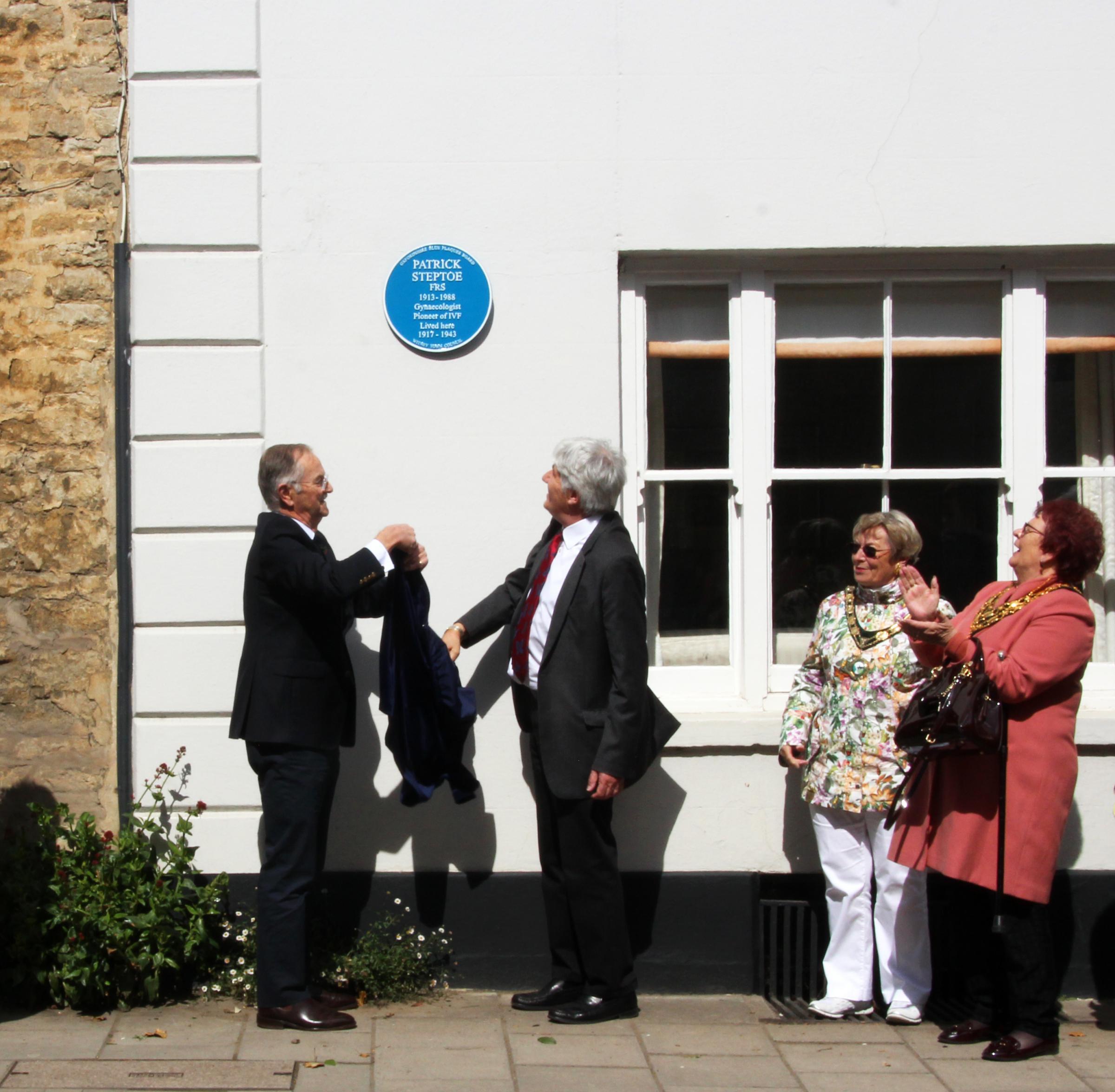 Blue plaque for IVF pioneer Patrick Steptoe in West End, Witney